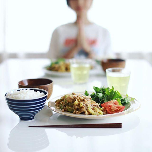 今日のお昼ご飯は、ゴーヤチャンプル、クレソンとトマトのサラダ、いんげんとキノコのお味噌汁、白米。うまい! (Instagram)