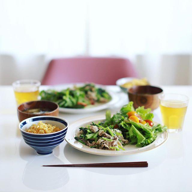今日のお昼ご飯は、小松菜と豚肉の塩麹炒め、レタスとミニトマトとバジルのサラダ、茄子とえのきとワカメのお味噌汁、茗荷と卵のチャーハン。うまい! (Instagram)