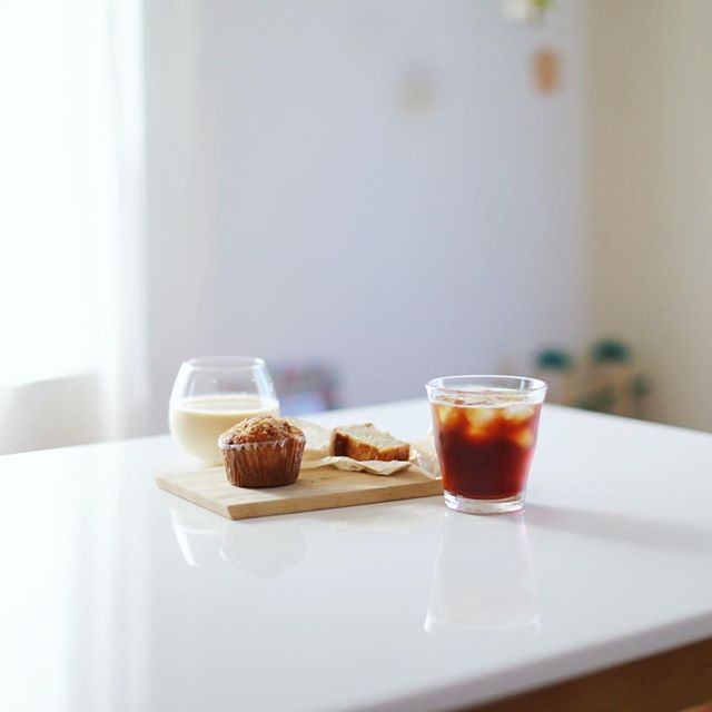 グッドモーニングアイスコーヒー。&EATの桃とカルダモンのパウンドケーキ&パインとココナッツのマフィン。うまい! (Instagram)