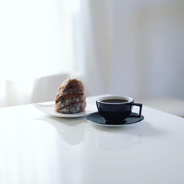 momochamiBreadの石臼フルーツアーモンドパンでグッドモーニングコーヒー。東別院てづくり朝市で買ったやつ。うまい! (Instagram)