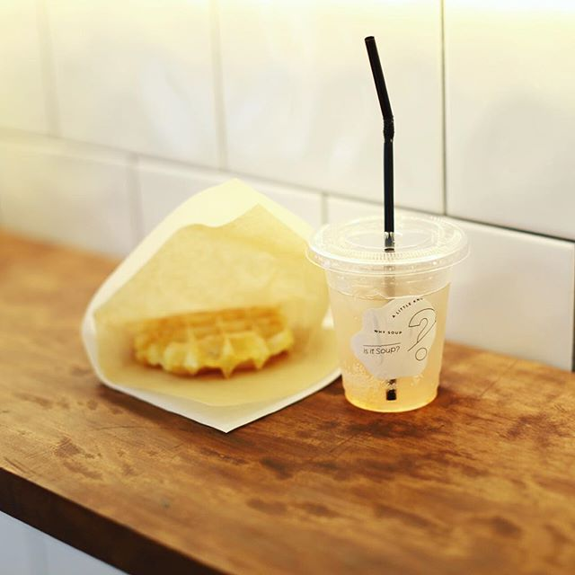Is it soup?におやつ食べに来たよ。ポテトワッフルと長野県産すもものビネガースカッシュ。うまい!#オニマガ名古屋散歩・#イズイットスープ #isitsoup (Instagram)