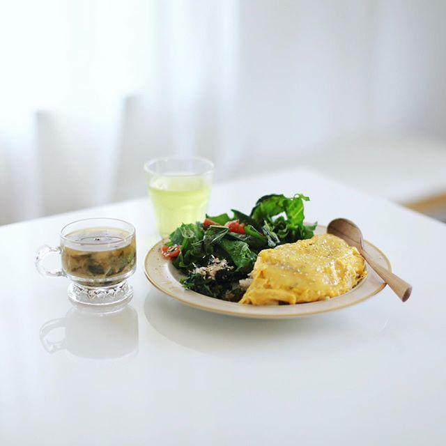 今日のお昼ご飯は、梅と大葉の和風オムライス、ほうれん草のおひたし、レタスとトマトのサラダ、いんげんとキノコとワカメのお味噌汁。うまい! (Instagram)