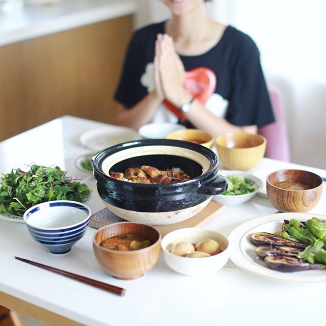 今日のお昼ご飯は、鰻ごはんパーティー。土鍋ごはんの中蓋で鰻を蒸すというやつ。あと、十六ささげのごま和え、葉っぱのサラダ、煮卵、茄子とピーマンの焼いたやつ、トマトとオクラのお味噌汁。うまい! (Instagram)
