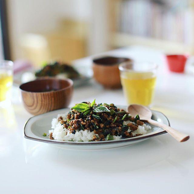 今日のお昼ご飯は、空芯菜とバジルの肉みそごはん。うまい! (Instagram)