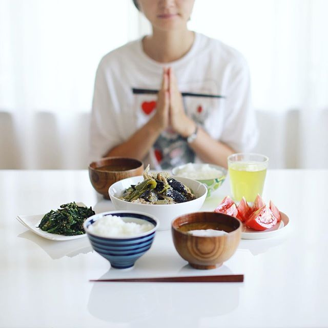 今日のお昼ご飯は、夏野菜いろいろとキノコの煮物、モロヘイヤのおひたし、トマト切っただけ、空芯菜のお味噌汁、白米。うまい! (Instagram)