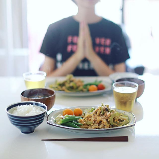 今日のお昼ご飯は、ゴーヤチャンプルー、茹でオクラ、ミニトマト、空芯菜と舞茸のお味噌汁、白米。うまい! (Instagram)