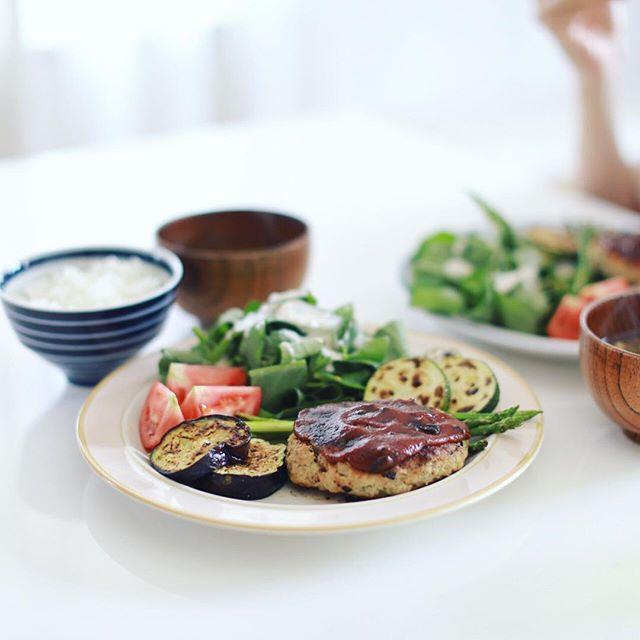 今日のお昼ご飯は、おからハンバーグ、茄子とアスパラとズッキーニの焼いただけ、空芯菜のサラダ、トマト、茄子としめじのお味噌汁、白米。うまい! (Instagram)