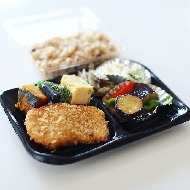 今日のお昼ご飯は、大須の自然食Cafeベジルのお惣菜&玄米弁当。弁当箱のサイズを決めるとおばちゃんが適当にあれこれ詰めてくれるシステム。うまい! (Instagram)