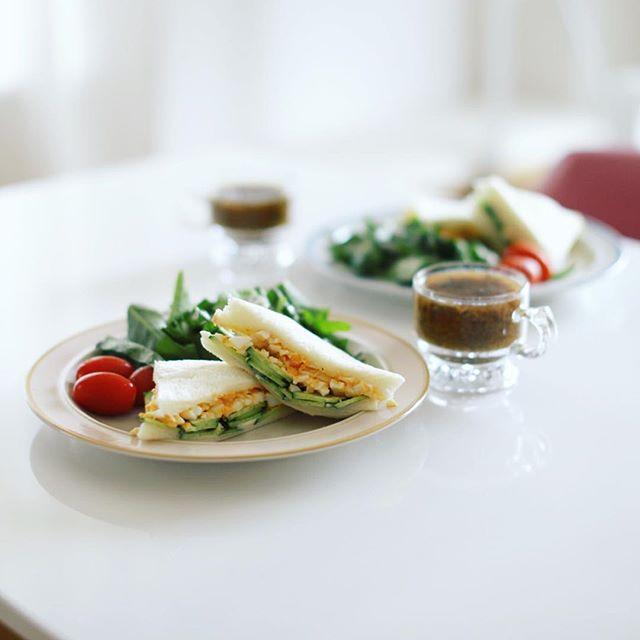 今日のお昼ご飯は卵&きゅうりのサンドイッチ、空芯菜のサラダ、ミニトマト、茄子としめじと海苔のスープ。具を挟み過ぎてへちゃげてしまったー。うまい! (Instagram)