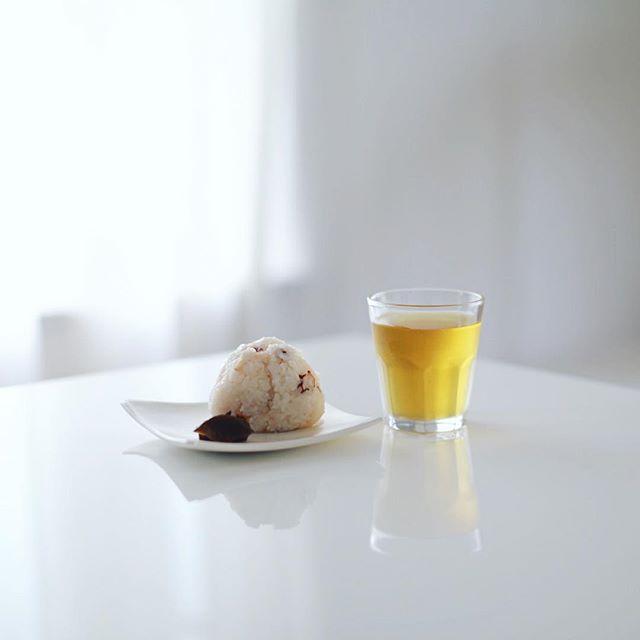 グッドモーニングたこ飯おにぎり&ブレンドほうじ茶。うまい! (Instagram)