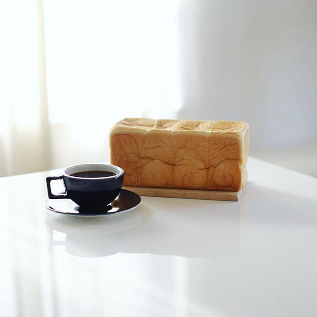 乃が美の生食パンを丸かじりでグッドモーニングコーヒー。うまい! (Instagram)