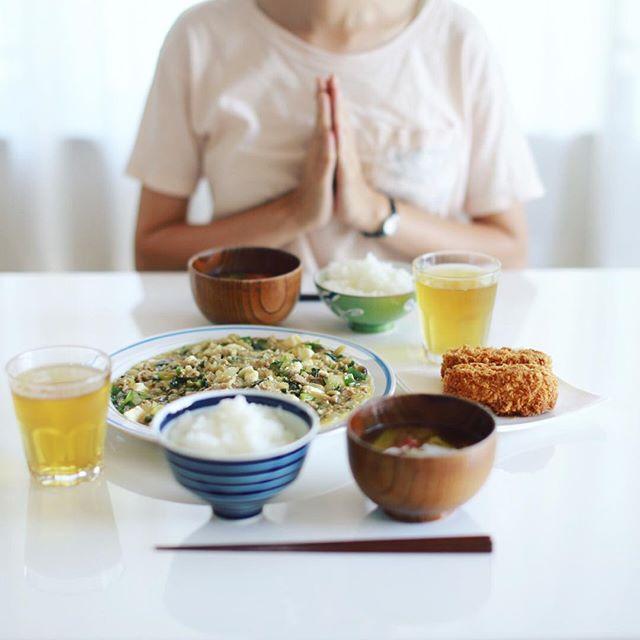 今日のお昼ご飯は、豆腐より野菜が多い麻婆豆腐、カニクリームコロッケ買ってきただけ、トマトとオクラのお味噌汁、土鍋ごはん。うまい! (Instagram)