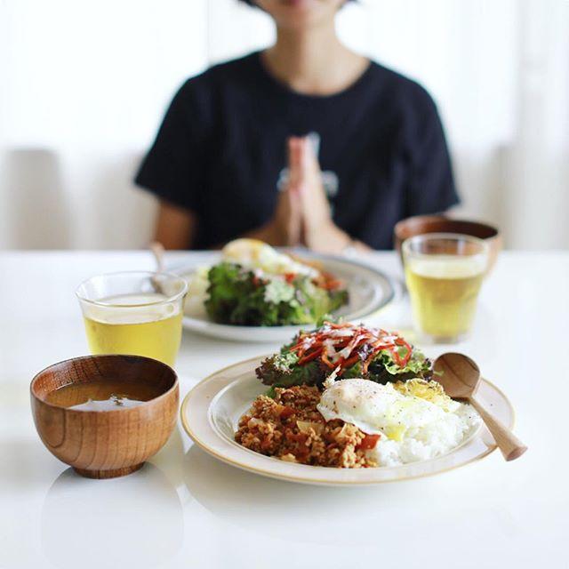今日のお昼ご飯は、チリ抜き赤味噌ドライカレー、レタスとピーマンのサラダ、茄子となめこのお味噌汁。うまい! (Instagram)