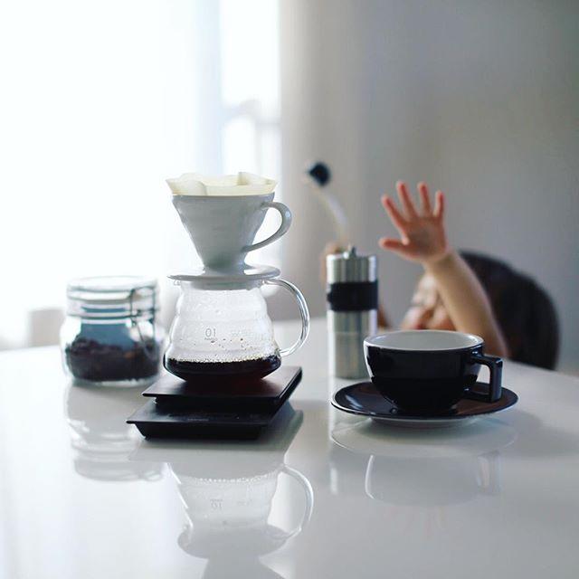 グッドモーニングコーヒー。ポーレックスミルに興味がありすぎてガリガリやりたがる赤ちゃん。うまい! (Instagram)