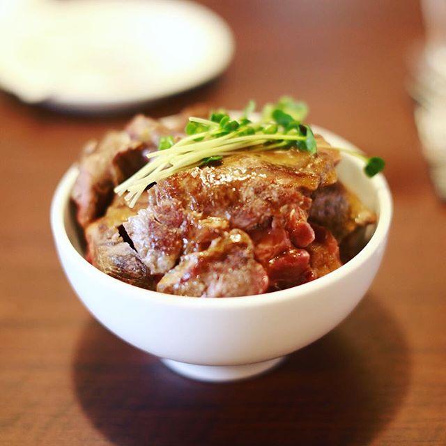 大須にオープンしたステーキ屋さんワイルドステーキにランチしに来たよ。上前津のスタバの横の店。1ポンドステーキ丼は米より肉が多いリブロース450グラム。完全に食べすぎ。うまい!#オニマガ名古屋散歩・#wildsteak #ステーキ丼 #大須商店街 (Instagram)
