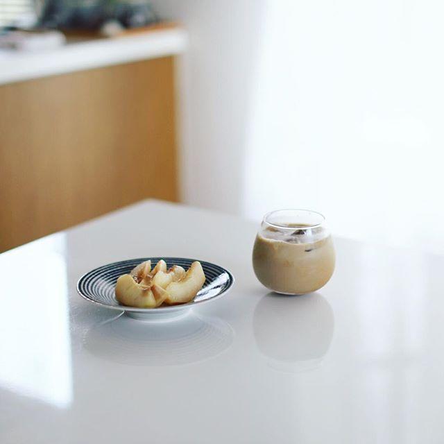 グッドモーニングアイスカフェオレ&桃。うまい! (Instagram)