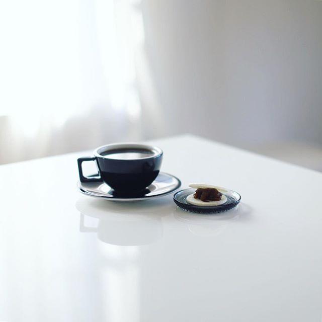 円頓寺の種久商店の手づめ最中でグッドモーニングコーヒー。いい組み合わせ。うまい! (Instagram)