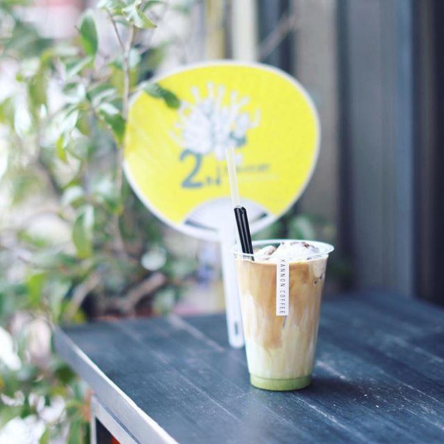 KANNON COFFEEでおやつ休憩。抹茶ラテ+自家製あずきアイスのフロート。2周年のおめでたいうちわもらったよ。うまい!#オニマガ名古屋散歩 (Instagram)