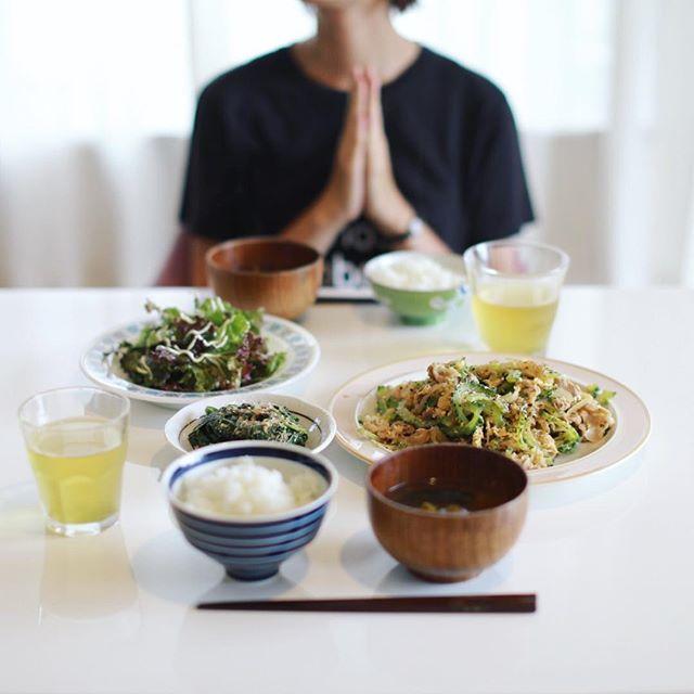 今日のお昼ご飯は、ゴーヤチャンプル、モロヘイヤのおひたし、レタスのサラダ、オクラとワカメのお味噌汁、白米。うまい! (Instagram)