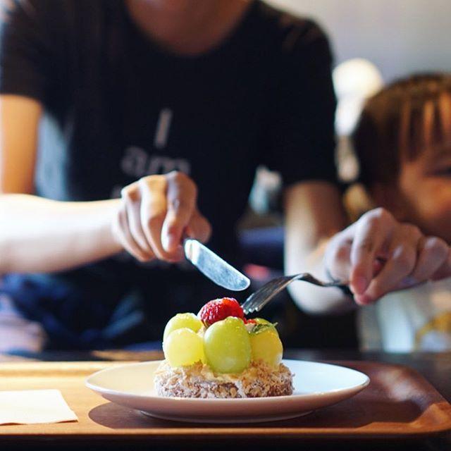 フラリエカフェにぶどうのタルト食べに来たよ。愛知のぶどうコンテストに出品されたシャインマスカットを使った今日限定のやつ。うまい!#オニマガ名古屋散歩 (Instagram)