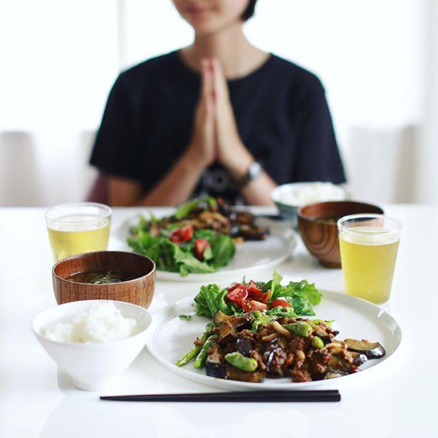 今日のお昼ご飯は、茄子とシシトウと挽肉の味噌炒め、ルッコラとミニトマトのサラダ、空芯菜とワカメのお味噌汁、白米。うまい! (Instagram)