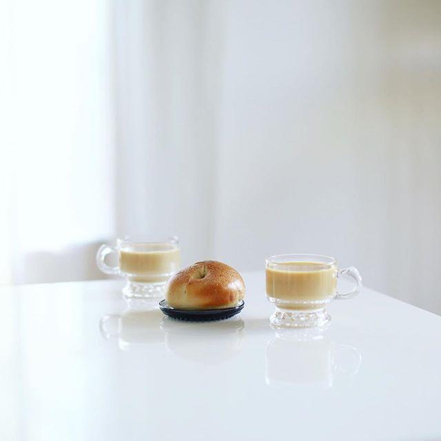 グッドモーニングカフェオレ&サチパンベーグル。今日は超朝寝坊。まだ6時くらいかと思って起きたらもう9時過ぎだったー。うまい! (Instagram)