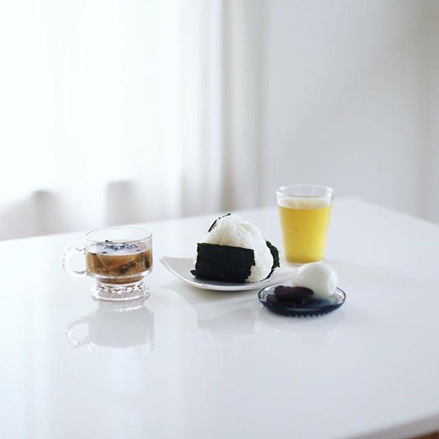 グッドモーニングオニギリ&ゆで卵とサツマイモのお味噌汁と井川商店の奈良漬けと天空の古来茶。うまい! (Instagram)