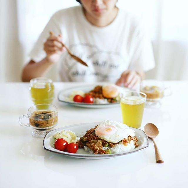 今日のお昼ご飯は、オクラとトマトの赤味噌ドライカレーと目玉焼き、ポテトサラダ、ミニトマト、さつまいもとキャベツのお味噌汁。うまい! (Instagram)
