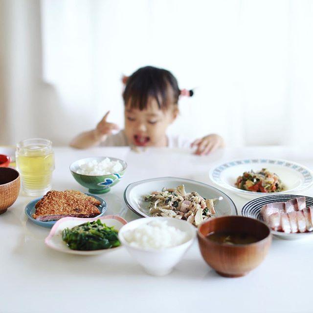今日のお昼ご飯は、鰤の刺身、ラタトゥイユ、ツルムラサキのおひたし、キノコのとバジルの塩麹蒸し、ハムカツ、赤毛瓜とワカメのお味噌汁、白米。今週は奥様が料理担当。うまい! (Instagram)