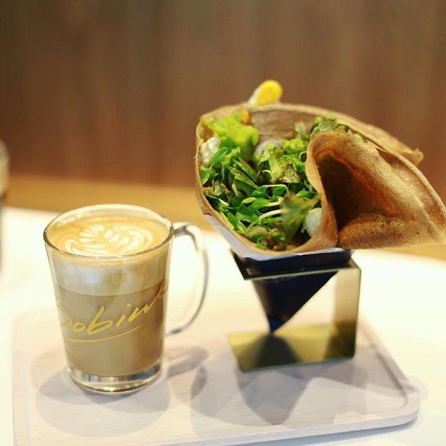 名駅にオープンしたラップドガレットのお店La Bobineにガレットとクレープ食べに来たよ。野菜とか卵とかチーズがモリモリ入ったやつ&カフェラテ。うまい!#オニマガ名古屋散歩・#ラボビン #LaBobine #名古屋駅カフェ #名駅カフェ (Instagram)