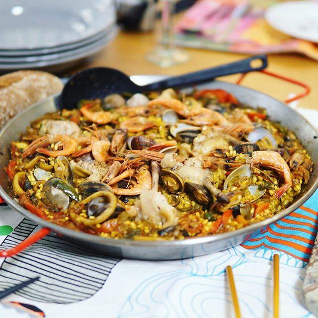 今日はホームパーティーにお呼ばれ。スペイン料理が次から次へと。うまい! (Instagram)