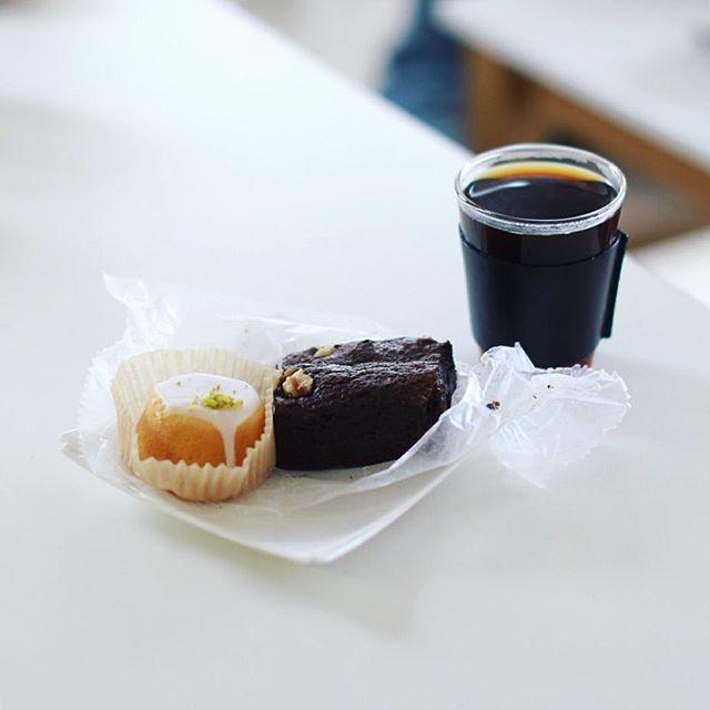 #hashellemarket で買ってきた無花果とラム酒のブラウニーとレモンケーキでおやつタイム。うまい! (Instagram)