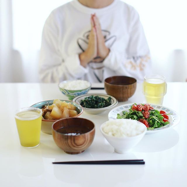 今日のお昼ご飯は、モーウィの煮物、モロヘイヤのおひたし、ルッコラとミニトマトのサラダ、空芯菜とわかめのお味噌汁、土鍋ごはん。うまい! (Instagram)