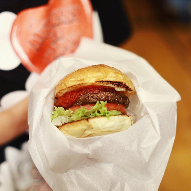 Pelican名古屋の10周年イベントに遊びに来たよ。VERITAS The Burger Hutのハンバーガーで夜ごはん。うまい!#オニマガ名古屋散歩 (Instagram)