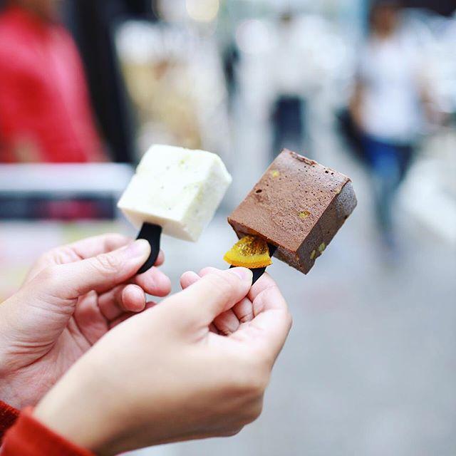 栄のShuShullBarでフローズンマシュマロスティック。キウイのとチョコのやつ。今日オープンしたみたい。うまい!#オニマガ名古屋散歩・#シュシュルバー #shushullbar (Instagram)