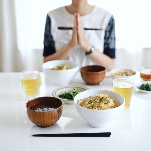 今日のお昼ご飯は、親子丼、小松菜のおひたし、青梗菜と乾燥えのきとワカメのお味噌汁。うまい! (Instagram)