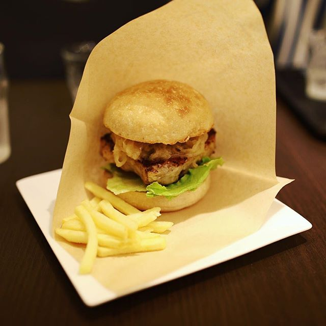 新栄のShapesにサンドイッチ食べに来たよ。豚テリーヌとシュークリートのサンドイッチ。うまい!#オニマガ名古屋散歩 (Instagram)