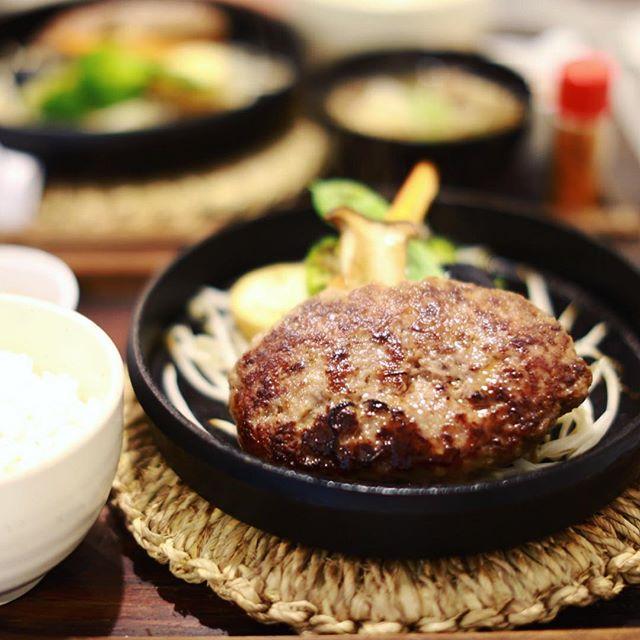 大須にオープンしたばーぐ屋ぶりこにランチしに来たよ。珈琲ぶりこのハンバーグ専門店。野菜もたっぷり。うまい!#オニマガ名古屋散歩 (Instagram)