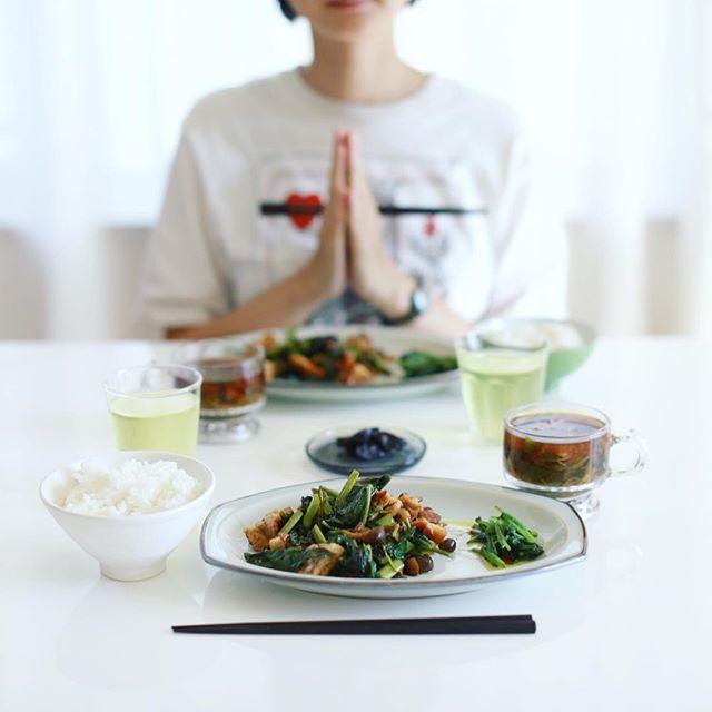 今日のお昼ごはんは、鶏肉と空芯菜としめじの塩麹炒め、ルッコラのおひたし、パクチーと乾燥えのきのお味噌汁、奈良漬け、白米。うまい! (Instagram)