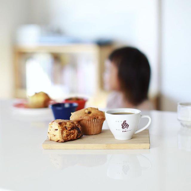 グッドモーニングコーヒー&ハッシェルマーケットで買って来たスコーンとマフィン。うまい! (Instagram)