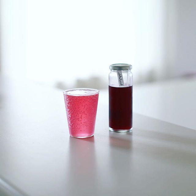 holoさんの赤紫蘇シロップでグッドモーニング赤シソソーダ。うまい! (Instagram)