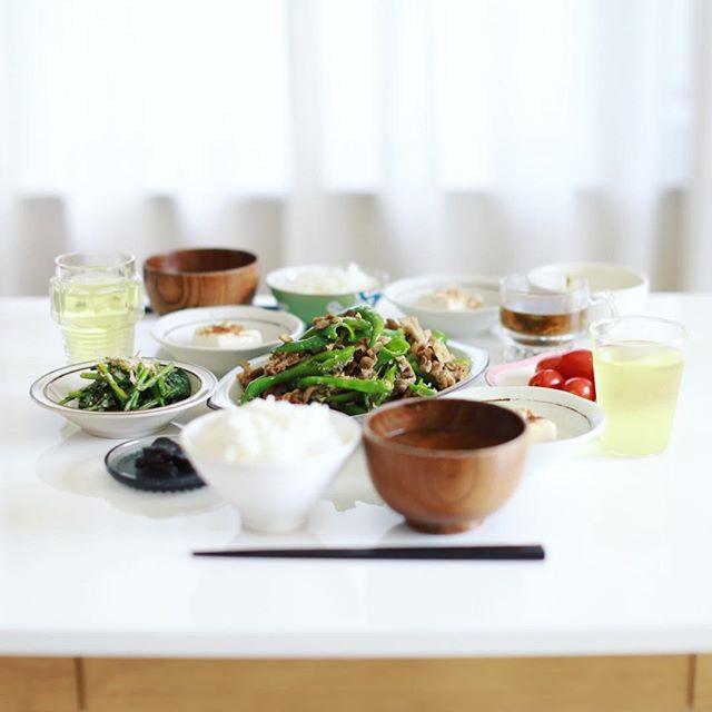 今日のお昼ご飯は、満願寺とうがらしと豚肉としめじの炒め物、ルッコラのおひたし、ミニトマト、冷奴、大根葉とオクラとトマトのお味噌汁、胡瓜の奈良漬け、白米。うまい! (Instagram)