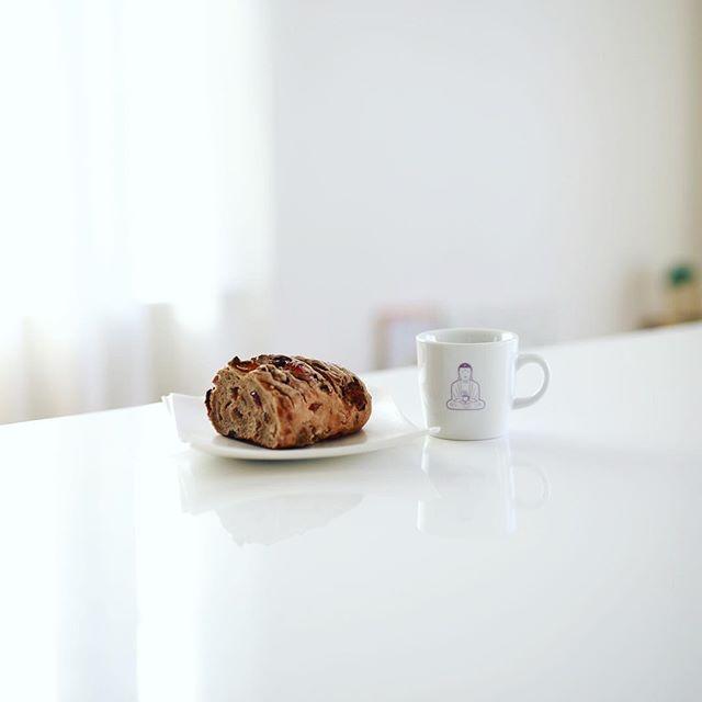 #bitte 植田のドイツパンのお店ビッテで買って来たドライフルーツのパンでグッドモーニングコーヒー。うまい! (Instagram)