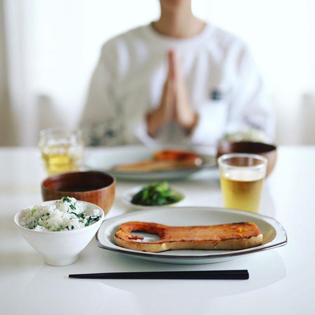 今日のお昼ご飯は、バターナッツかぼちゃのステーキ、ルッコラのおひたし、空芯菜としめじとわかめのお味噌汁、菜飯。うまい! (Instagram)