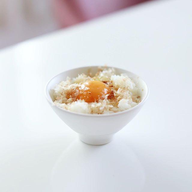 グッドモーニング卵かけごはん。卵+鰹節+粉チーズ+醤油。うまい! (Instagram)