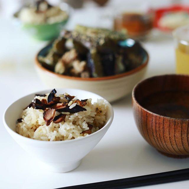 今日の夜ごはんは、だし醤油の出がらし鰹節の炊き込みご飯。だし醤油に1年間浸かってた鰹節をほぐして炊き込みご飯にしたー。うまい! (Instagram)