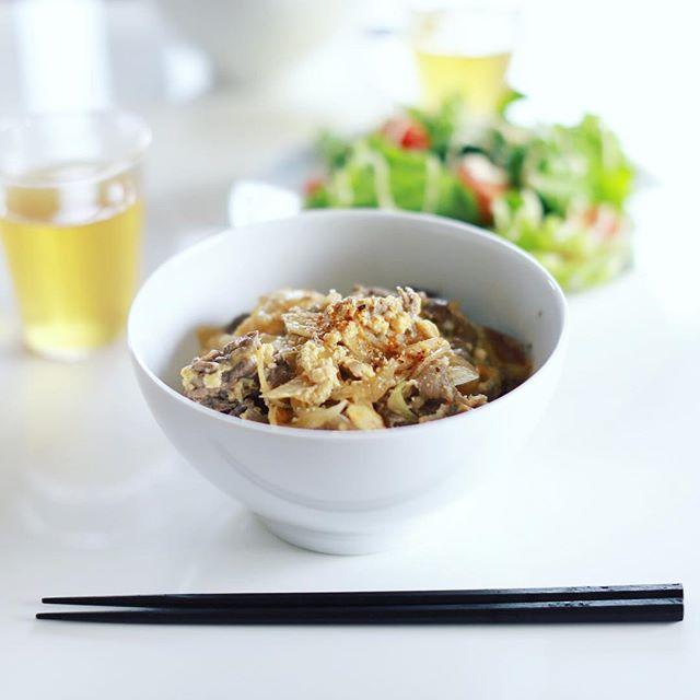 今日のお昼ごはんは、牛とじ丼と葉っぱいろいろのサラダ。うまい! (Instagram)