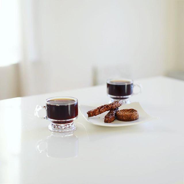 anny's bake shopのガレットとビスコッティキャラメリゼでグッドモーニングコーヒー。奥様出演のZIP-FM聴きながら朝ごはん。うまい! (Instagram)