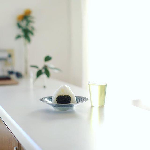 グッドモーニングおにぎり&水出しほうじ茶。うまい! (Instagram)