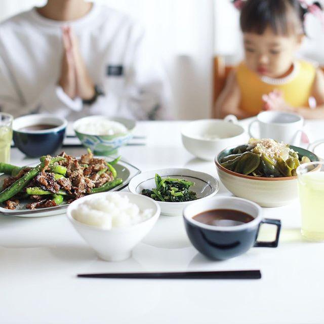 今日のお昼ご飯は、ピーマンとしめじの煮物、豚とシシトウの塩麹炒め、からし菜のおひたし、蕪と空芯菜のお味噌汁、白米。うまい! (Instagram)